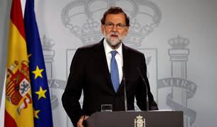 El presidente del Gobierno, Mariano Rajoy, durante la rueda de prensa ofrecida este viernes en el Palacio de la Moncloa tras la declaración unilateral de independencia en el Parlament de Cataluña.