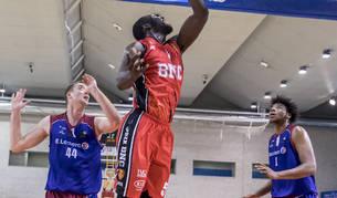 El pívot del Basket Navarra, Kone Moussa, penetra ante Andraz Kavas y Donovan Smith