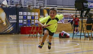 Un jugador se lanza a toda velocidad a tratar de golpear el 'volante' durante uno de los encuentros celebrados en Estella
