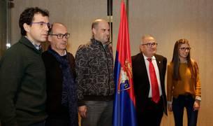 Luis Sabalza, acompañado por los cinco miembros de la junta electoral.