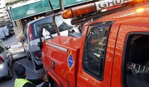 Imagen de una grúa procediendo a llevarse un coche en el barrio de San Juan.