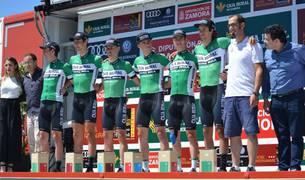 Equipo del Caja Rural en el podio, en una imagen de la temporada 2017.
