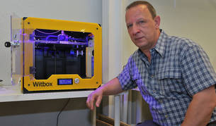 Mikel Arbeloa con una impresora 3D.