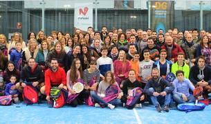 Todos los galardonados en las distintas categorías, posando al término del torneo disputado en las instalaciones del Arena Entrena Pádel.