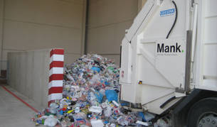 Imagen de un camión de la Mancomunidad de Sakana vertiendo envases procedentes del contenedor amarillo.