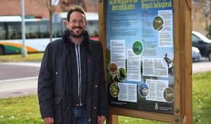 Alberto Lizarraga ante el panel sobre aves nidificantes que se encuentran en el parque del Lago de Barañáin.
