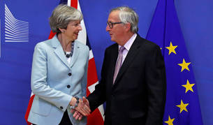 Imagen de la primera ministra del Reino Unido, Theresa May, con el presidente de la Comisión Europea, Jean-Claude Juncker.