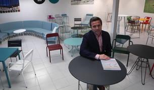 Luis Unceta Rivas, rodeado de los muebles que fábrica que iSMar en Noáin.