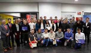 Foto 'de familia' con buena parte de los galardonados, patrocinadores y autoridades presentes ayer en la II Gala del Atletismo Navarro.