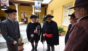 Foto de varias personas en la celebración de los Santos Inocentes en Lecrín (Granada).