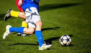 Imagen de dos personas jugando al fútbol.