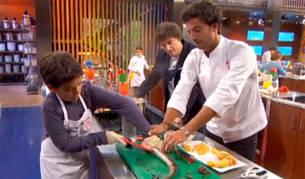 Imagen del concursante de MasterChef Junior Juan Antonio junto a Jordi Cruz y Jorge, el ganador de la última edición de MasterChef para adultos.