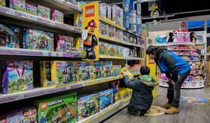 Unos clientes observan las estanterías en la sección de Lego de Toy Planet de Villava.