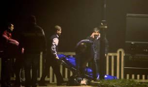 Efectivos policiales y de los servicios funerarios junto al lugar en el que dos personas han fallecido en Deba.