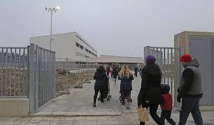 Padres acompañan ayer a sus hijos a la entrada de las nuevas instalaciones del colegio de Buztintxuri.