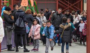 Imagen de alumnos y familiares en una de las horas de salida del colegio Santa Ana de Estella de esta semana.
