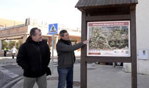 El edil de Medio Ambiente, Pedro Leralta; señala el nuevo panel junto al concejal Ignacio Moros.