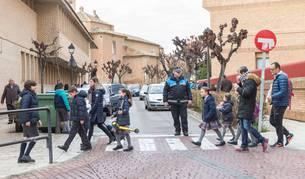 Un agente regula la salida de alumnos de los colegios Elvira España y Compañía de María de Tudela.