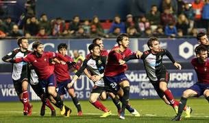 Xisco, Lasso, Unai, Torró y Oier se suman al remate en una de las acciones finales del partido. Osasuna fue con todo y no logró marcar.
