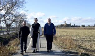 Desde la izda., Javier Igal, alcalde de Carcastillo; el abad de la Oliva, Isaac Totorika; y José Mª Sesma, alcalde de Mélida, caminan por una de las zonas por las que discurrirá el camino