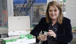 Elisa Genua Santamaria (41 años, nacida en Etxalar) posa con una serie de interruptores eléctricos recién salidos de las líneas de la fábrica de Schneider en Puente la Reina.