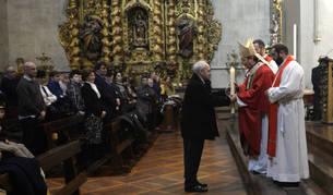 Jacinto Goñi ofrece el cirio al arzobispo de Pamplona.