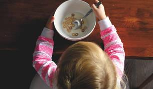 Imagen de un bebé tomando leche con cereales.