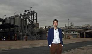 Imagen de José Ignacio García de Albizu en la planta de Inquinasa, en Pamplona, con la conocida chimenea de la empresa química detrás.