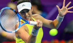 Garbiñe Muguruza devuelve una bola a la francesa Caroline Garcia