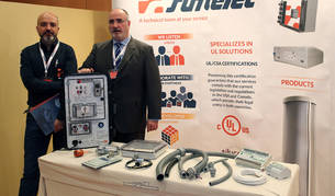 Julio Bustillo (izquierda) y Raúl Musitu, director comercial de renovables y director general, respectivamente, de Sumelc, con algunos de los productos de la empresa.