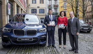 De izquierda a derecha, Luis Miguel García, CEO de BMW Archueta (Grupo Lurauto), y Pilar García de la Puebla, directora de Comunicación de BMW Group España, posan con la placa y junto al modelo ganador, acompañados por Virgilio Sagüés, presidente del Grupo La Información.