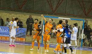 El jugador del Aspil Pedro celebra con una dedicatoria especial su gol, el tercero de su equipo, en el partido ante Catgas Santa Coloma.