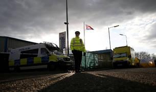 Un policía hace guardia en Norton Enterprise Park, en Salisbury