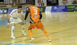 El jugador del Aspil Hamza encara a Gava, jugador de Segovia, en el partido de ayer.