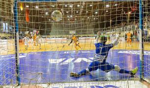 El jugador del Aspil David anota el 4-1 de penalti en el partido de ayer disputado en el Ciudad de Tudela ante O'Parrulo Ferrol.