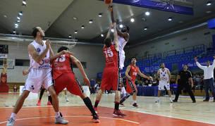 En la imagen, los jugadores del Basket Navarra defienden en un partido anterior en el Universitario.