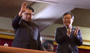 Kim Jong Un saluda en el Gran Teatro de Pyongyang.