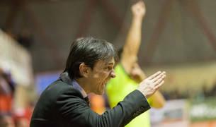 Imanol Arregui, entrenador del Osasuna Magna, da instrucciones durante un partido.