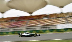 Hamilton no cede en los primeros libres y discreto papel de los españoles