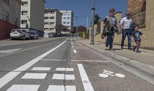 El carril bici, con este nuevo tramo ya señalizado en la subida al colegio Remontival e IES Tierra Estella.