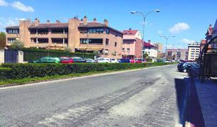 Vista de una de las zonas donde el asfaltado está más deteriorado en la avenida Eulza de Barañáin.