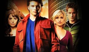 Allison Mack, la actriz de pelo rubio, a la derecha, junto a sus compañeros de 'Smallville'.