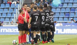 Guadalupe Porras saluda a los jugadores del Huesca junto al resto del cuerpo arbitral