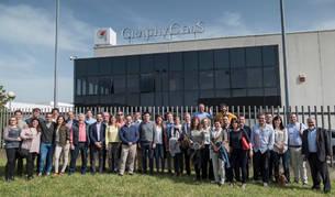 """Los participantes en la reunión de Impriclub, """"el club de los impresores"""", ayer en el exterior de la planta de GraphyCems en Villatuerta."""