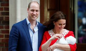 foto de Los duques de Cambridge posando con su tercer hijo recién nacido.