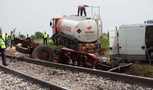 El vehículo ha colisionado con el tren de la linea Madrid-Badajoz en un paso a nivel en el municipio toledano de Alberche del Caudillo.