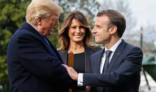 Macron estrecha la mano de Trump ante la mirada de Melania.