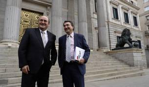 Imagen de Andoni Ortuzar junto a Aitor Esteban a las puertas del Congreso de los Diputados.