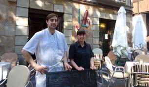 Cristina y Jon Seminario, miembros de la familia propietaria del bar, el verano pasado en la terraza.