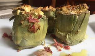 Alcachofas rellenas de cebolla, huevo y jamón del rico